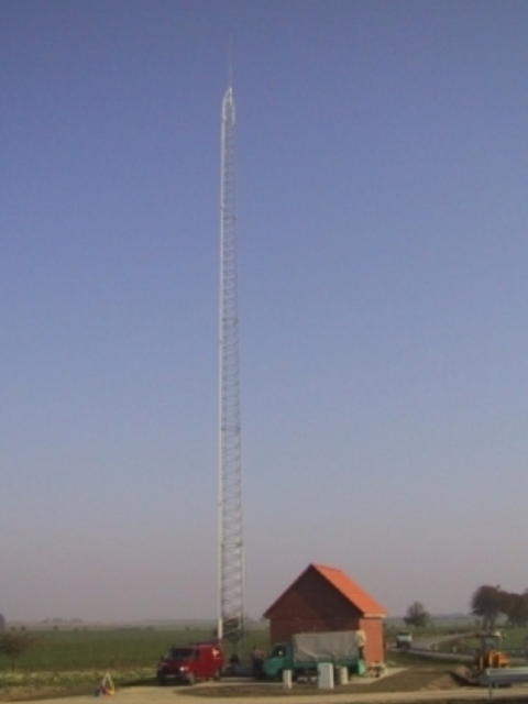 Funkturm mit Feststation am Kabelhaus Altentreptow BAB A20